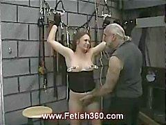 Joleen morena fica mamilo punidos e chicoteado como ela está amarrada
