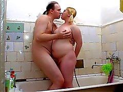 Klobiger Blondine bekommt es im Badezimmer
