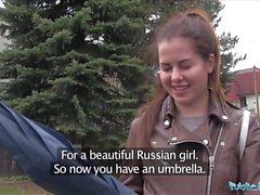 Offentlig agent Wet Russian sprider ben för kontanter