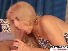 No voluptuosa mamá Chery Leigh Riding Cock bien tierno hijo
