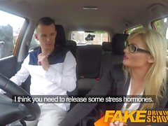 Driving School Faux nerfs apprenants calmées par l'examinateur blonde chaude baise