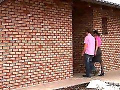 Ein junges Paar auf nach das Haus ihres Freundin und