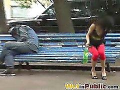 In Verlegenheit gebracht brune pinkelt sich in der Öffentlichkeit