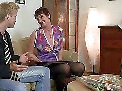 Старая женщина пользуется езды жесткий петух