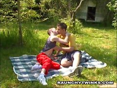 Возбужденный парой Twinks Подпишитесь Фриски открытом воздухе