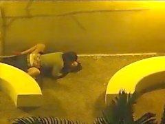Paares fick außerhalb der Sicherheits- Kamera