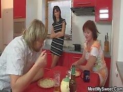 Семейный ужин ведет к втроем