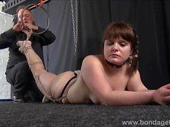 Bondage amateur et suspension maison de dominat