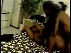 Curvy Ebenholz Frau hat einen schwarzen Kerl bohrt ihre Pussy über das Bett