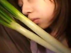 Insatiable Oriental chick använder grönsaker för att behaga sin ach
