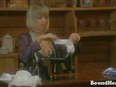 Curvy Blonde Köleler Mistress Gönderen Bakımı alır