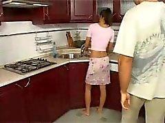 Emäntänsä Anal keittiössä hauskanpidon