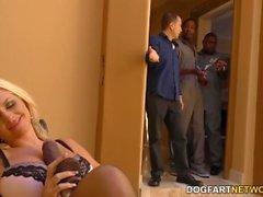 Alena Croft trai o marido com caras negros