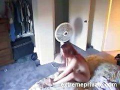 Espiado de mi Sor de 22 nudista en su cuarto