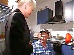 Geilen Blondine Oma bläst das Mechaniker und bekommt in der Küche geschlagen