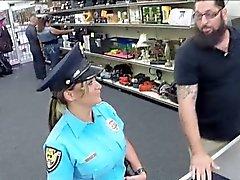 Offizier möchte mehr Bargeld und wird durchgefickt