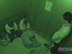 Stecken in Aufzug Maika und Aoi Miyama - Mehr auf caribbeanco