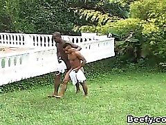Beefy et Musclé Avec Les gays baiser et sucer dans la Jardin
