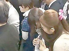 Nuoren tytön groped esittäjä lesbo woman in junalla
