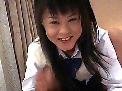 Konomi Asiat Schulmädchen befindet mit Hahn spielt