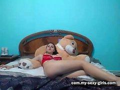 Sabrina belle jeune brune plantureuse jouer avec ses seins