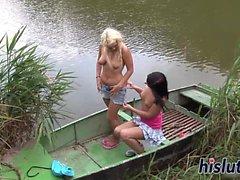 Rihanna och Diana bang på en båt