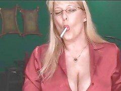 Sexy rijpe blonde toont haar spullen terwijl het roken