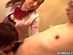 Tres adolescentes japoneses lindos chupan de un hombre mayor