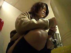 Versteckte Kamerafilme Asiatische Schulmädchen, die eine Pisse in der b nehmen