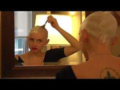 Le modèle sexy rasbe sa tête chauve