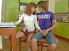 Schulmädchen Geschlechts auf dem Küchentisch