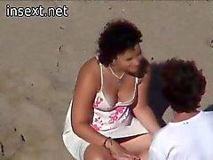 Casal adolescente pego na praia