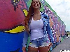 Kyra Hot zeigen ihrer erstaunlicher Karosserie in der Öffentlichkeit