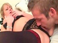 Pis konuşma Olgun İngiliz Anne, oğlundan devasa bir Creampie alır