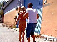 Devasa Tits Ürdün Pryce olan sarışın bir kamuoyu önünde penis alır