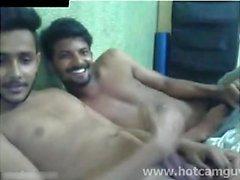 Индийские мальчики веселятся на кубке