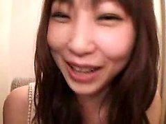 Lovely girl Oriental avec un sourire mignon a un gars embrasser il