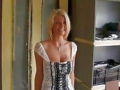 Горячая блондинка зрелая телка .
