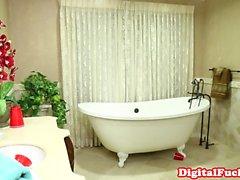 étudiant Glamorous sucer dans salle de bain