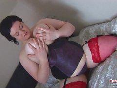 Маги являются жирной женщиной, которая имеет удовольствие с фаллоимитатором