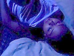 Chupando el pene la muchacha tailandesa obtiene su culito estrecho perforados en la cama de