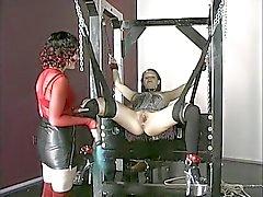 Gebunden ist busty brunette Sexsklave mit einer analen Stecker in der Kerker durchbohrte