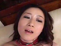 Varm asiatisk tjej att ha på sig en ansats blir lekte samt dess fingere