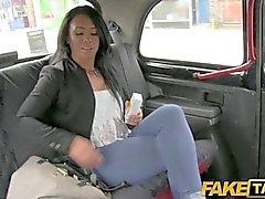 FakeTaxi - Sie sitzt mit Sperma in ihrem Bein links