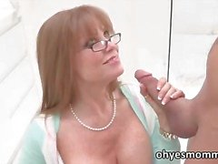 Sexy roodharige Stepmom leert dochter