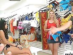 Tight blonde die im Bikini überzeugen denn Bargeld gefickt werden