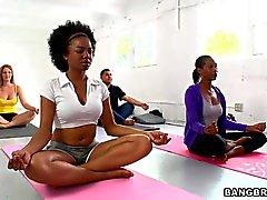 Грудастая Persia Пеле совращает свой молодой студент йоги