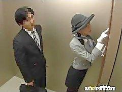 Азиатских Секс в открытом Elevator