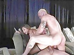 Hübsch junge asian Mädchen mit frechen Tits befindet doppelt mit zwei Männern drang