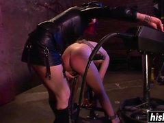 Heiße Mädchen wird auf dem Boden bestraft